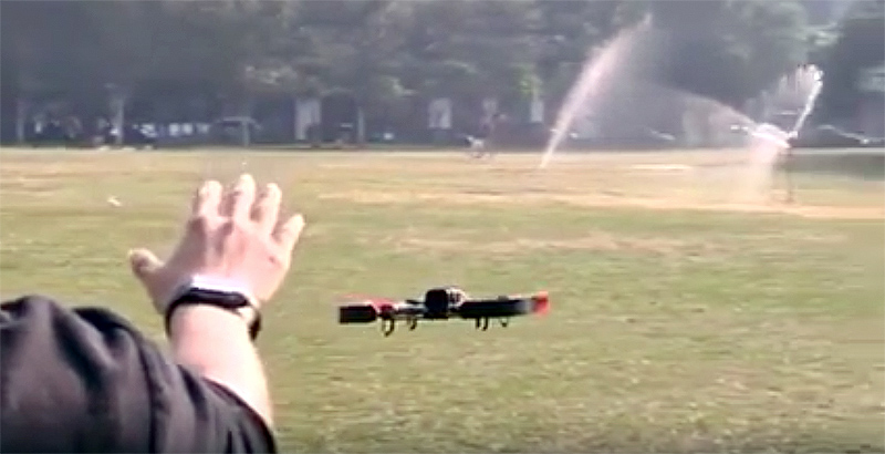 Man bestuurt drone met Apple Watch